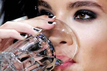 Для эластичности кожи необходимо пить достаточно воды