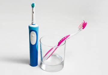 Что лучше: обычная зубная щетка или электрическая?