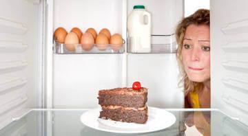 Соблюдение строгой диеты могут привести к срыву и перееданию