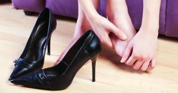 Причина появления натоптышей на ступнях - неудобные туфли