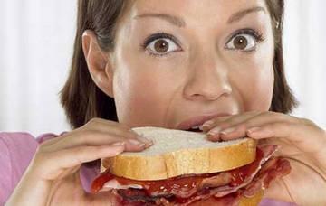 Нездоровая тяга к калорийной пище - один из признаков булимии
