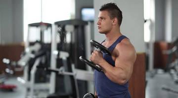 Упражнение с гантелями для мужчин для грудных мышц