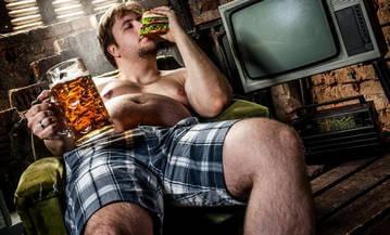 Причина пивного живота - чрезмерное употребление пива и пищи
