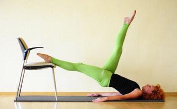 Выполнение упражнений против целлюлита на ногах, бедрах и ягодицах