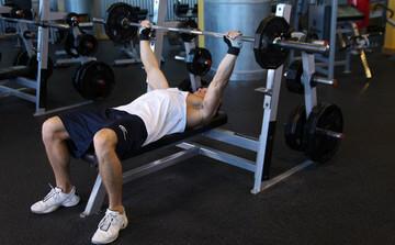 Жим штанги - одно из базовых упражнений для эктоморфа