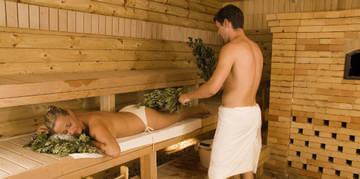 Массаж вениками в бане - отличное средство для повышения упругости и эластичности кожи
