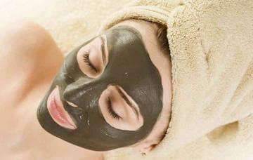 Нанесение маски с мумие на лицо