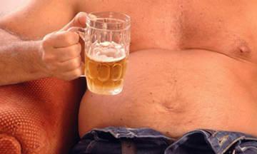Злоупотребление пивом и неправильное питание - одна из причин жира на боках