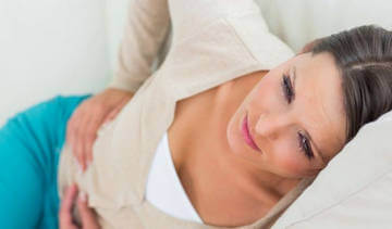 Приступообразная боль в правом подреберье - симптом желчнокаменной болезни