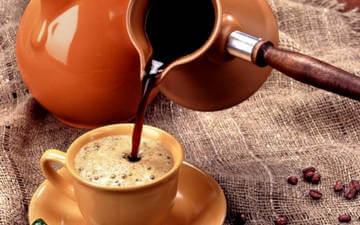 Крепкий натуральный кофе помогает на время избавиться от сонливости